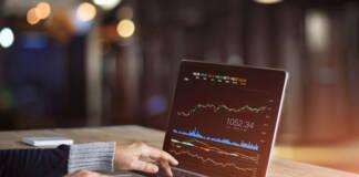 Laptop z wykresami – trading na rynku forex waluty